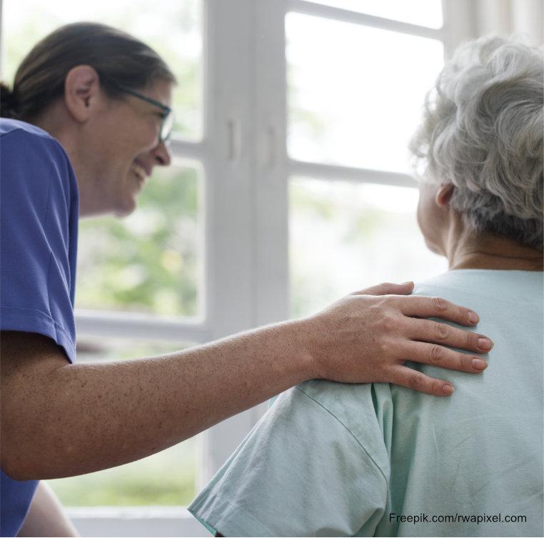 Ältere Frau erhält Behandlungspflege