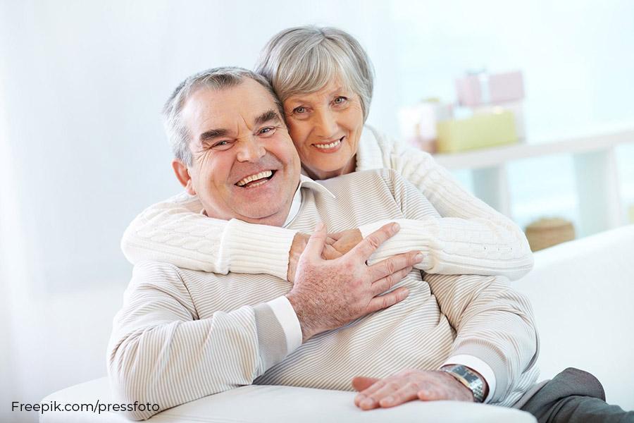 strahlendes Seniorenpaar