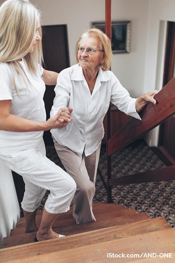 Pflegerin hilft pflegebedürftiger person