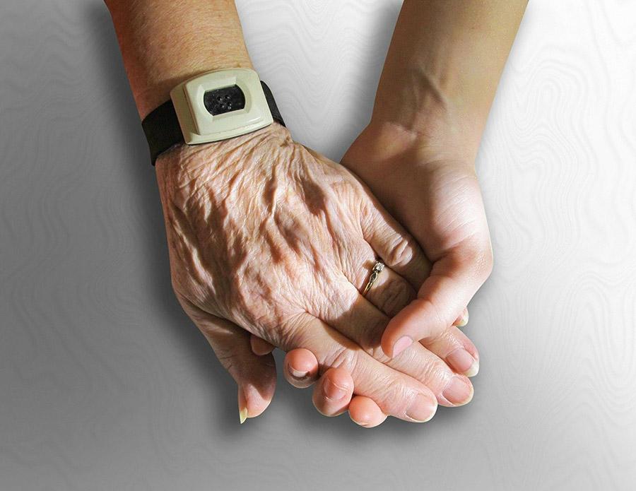 pflegende junge Hand in älterer Hand