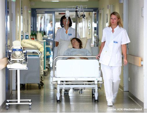 Krankenhaus Flur mit Personal und Patientin