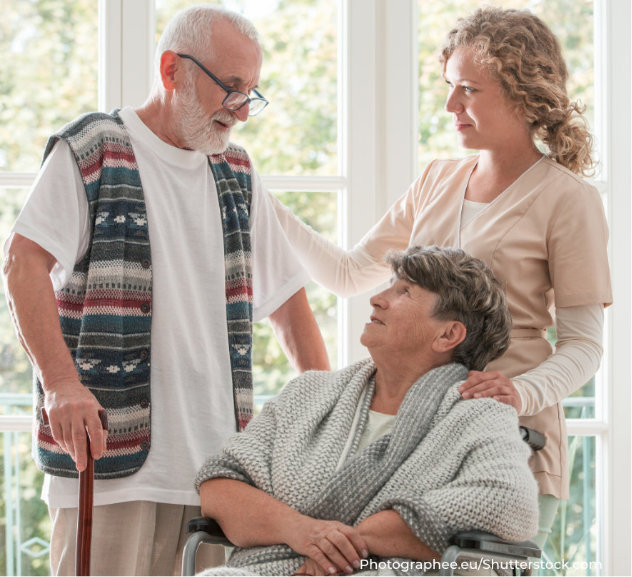 pflegekraft bei seiniorenpaar