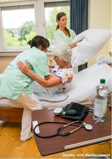 Altenpflegerinnen im Pflegeheim bei der Arbeit