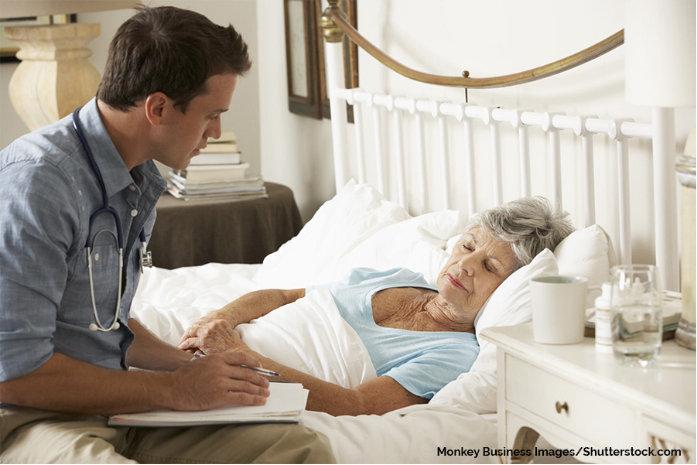 krankenpfleger bei pflegebedürftiger dame