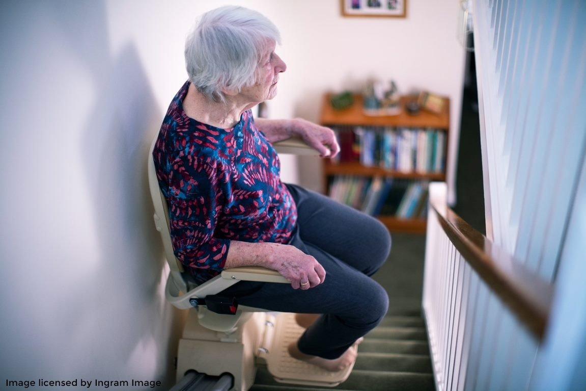 seniorin auf treppenlift