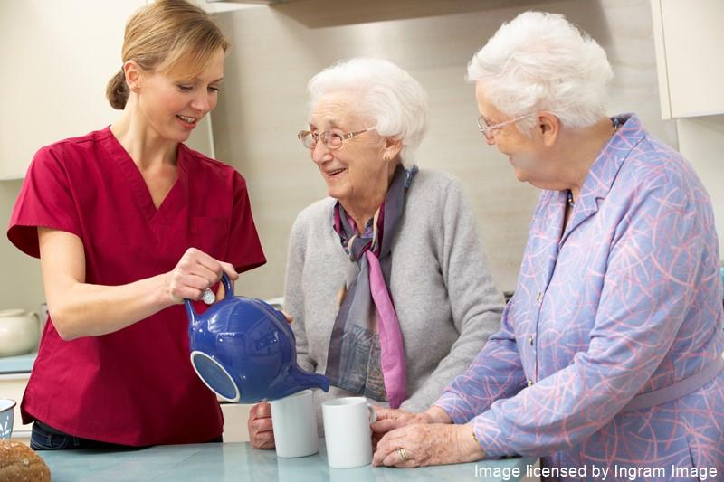 Pflegekraft schenkt Tee ein