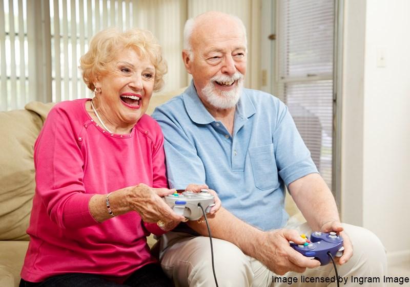 Seniorenpaar spielt Videospiel