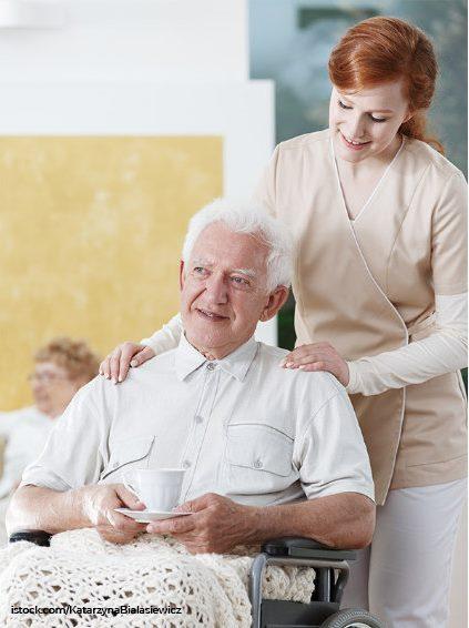 Tagespflege mit Pflegerin und Pflegebdürftiger Person