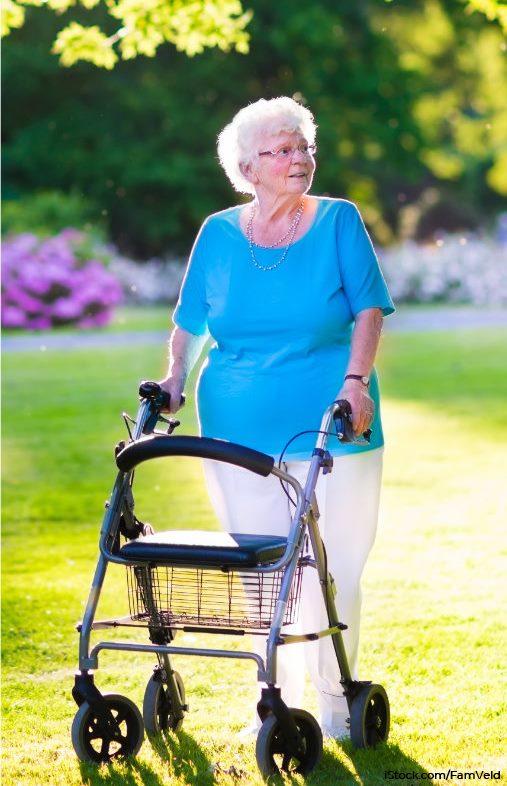 Ältere Dame mit Pflegehilfsmittel / Rollator