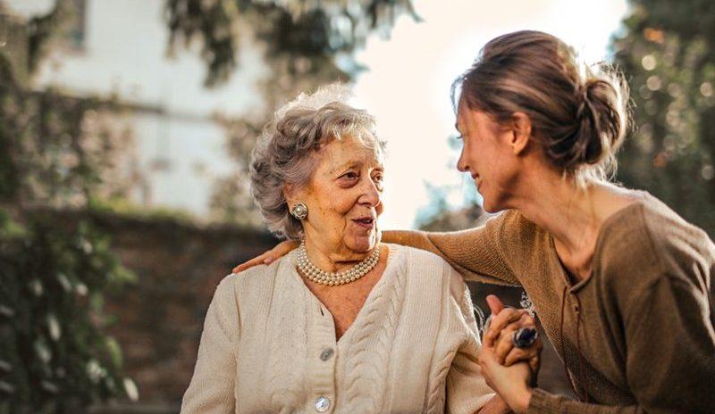 Seniorin mit Tochter, pflegende Angehörige