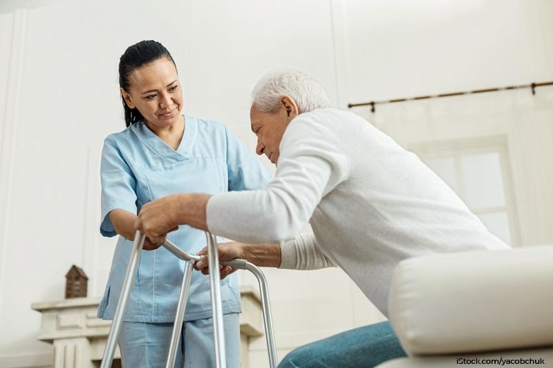 Pflegekraft hilft Pflegebedürftigem