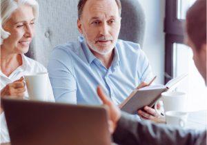 Älteres Paar erhält Beratung von Versicherungsberater