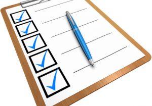 Checkliste und Kugelschreiber