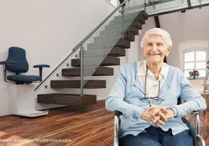 Frau in barrierefreier Wohnung