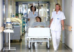 Krankenhaus - Pflegepersonal und Patientin