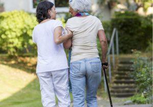 Krankenpflegerin hilft Frau nach Schlaganfall