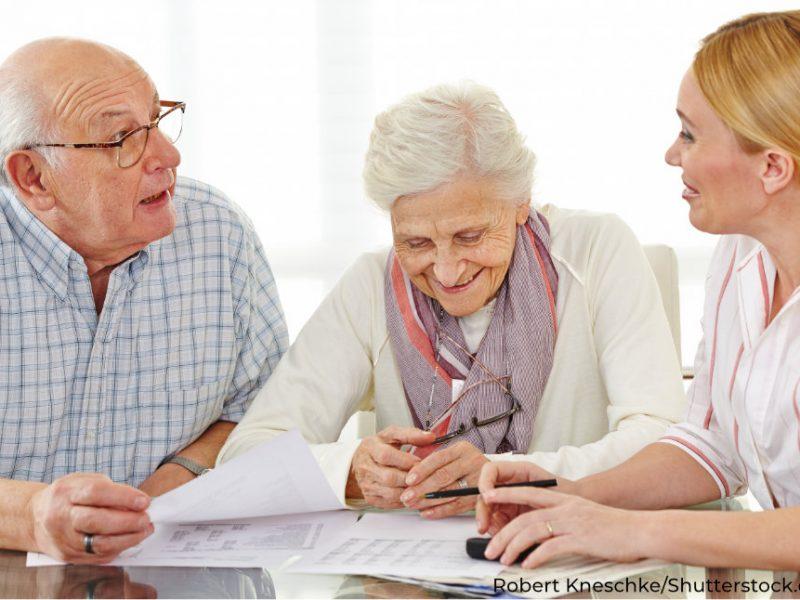 älteres Ehepaar lässt sich über Leistungen der Pflegekasse aufklären