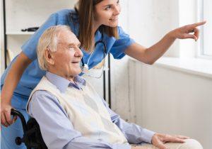 Rollstuhlfahrer erhält Pflege