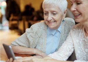 Zwei ältere Frauen in einem Frauenwohnprojekt