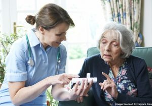 Pflegerin berät Pflegebedürftige